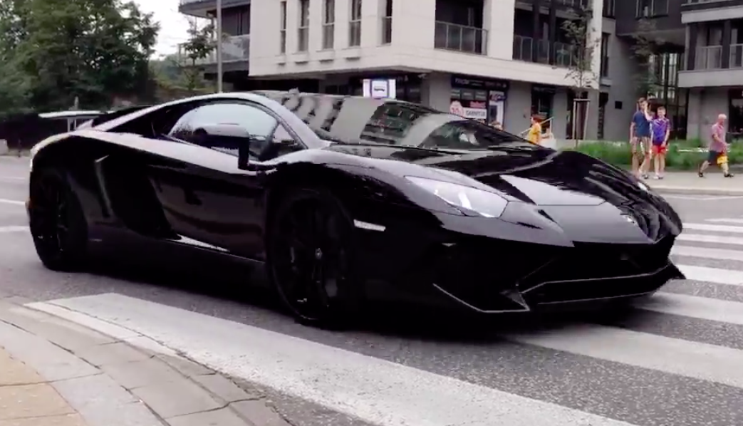 Spotted Czarny Lamborghini Aventador Sv
